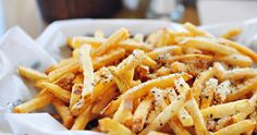 Italian cheesy French fries are too awesome to eat. They are supreme to serve as the single snack with spicy ketchup and sauces at. Garlic Parmesan Fries, Parmesan Chips, Garlic Aioli, Baked Garlic, Best French Fries, Food Porn, Cheese Fries, Cooking Recipes, Healthy Recipes