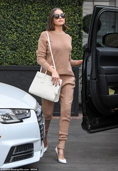 Olivia Culpo from The Big Picture: Today's Hot Photos Simply stunning! The actress is spotted in Los Angeles toting her Saint Laurent handbag paired with matching Gianvito Rossi pumps. Olivia Culpo, Sneakers Fashion Outfits, Looks Street Style, Looks Chic, Fashion Moda, Elegant Outfit, Mode Inspiration, Loungewear, Casual Chic