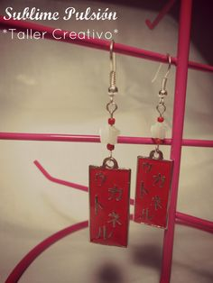Aretes Rojo oriental  Materiales: Herrajes de aluminio con caracteres chinos, cuentas de vidrio, mostacillas  Valor: $6.000