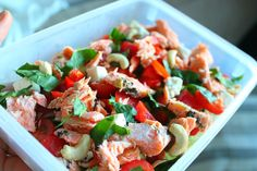 Salmonsalad with a lot of vegetables, fetacheese and cashews.