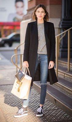 Cappotto nero avvitato e di taglio classico (Zara), maglioncino a V color panna (OVS), jeans skinny con strappi (H&M), Vans Old Skool basse.