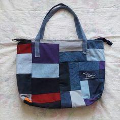 Bolso hecho a mano, con cierre y denim de pantalon #reciclaje #reutilizar #denim #jeans #azul #pantalones #refashion #mesclilla #bolsos #mochilas #neceser #estuches #hechoamano #prima #actitud #regalo #diadelamama #niñas #mujeres Jeans Azul, Diaper Bag, Tote Bag, Photo And Video, Bags, Instagram, Fashion, Scrappy Quilts, Handmade Handbags