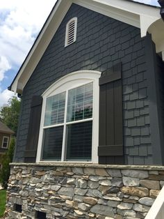 30 Modern Exterior Paint Colors For Houses Home Casas Cottage Exterior Colors, Exterior Paint Colors For House, Paint Colors For Home, Siding Colors For Houses, Black House Exterior, Exterior Gris, Modern Exterior, Exterior Design, Black Shutters