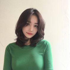 Girl Short Hair, Short Hair Cuts, Pelo Ulzzang, Pelo Midi, Middle Hair, Korean Short Hair, Medium Hair Styles, Long Hair Styles, Shot Hair Styles