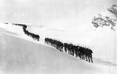 Una colonna di alpini italiani durante la prima guerra mondiale (Topical Press Agency/Getty Images)
