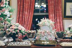 Mesa de doces, com bolo por Isabella Suplicy.