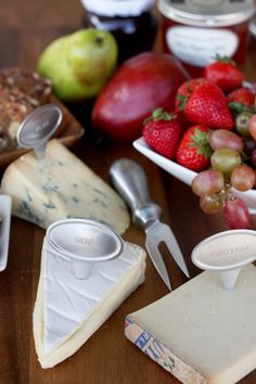 How to set up a cheese plate. Great directions on what cheeses, crackers, and jams to choose from. Beautiful arrangement.