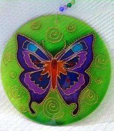 Mandalas em acrílico de 15cm de diâmetro, pintura vitral, decorado com tinta relevo dourada e pedrinhas coloridas em ambos os lados.      A BORBOLETA em grego antigo diz-se Psyché, ou seja, Alma. Por sair do casulo ao nascer, a borboleta é símbolo da alma imortal. Representa autotransformação, cl...
