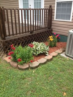 Front Yard Garden Design Small flower bed - Check out these colorful cottage-style gardens on DIY Network. Garden Yard Ideas, Lawn And Garden, Garden Projects, Deck Plants Ideas, Small Garden Bed Ideas, Simple Garden Ideas, Porch Garden, Pergola Ideas, Garden Tips
