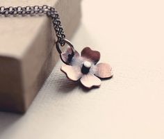 Piccola collana di fiori di ciliegio in rame di PeculiarForest