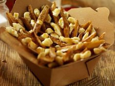 Canadian Food: The Most 'Canadian' Foods Include Bacon, Poutine And Maple Syrup Great list of classic Canadian food Canadian Dishes, Canadian Cuisine, Canadian Food, Canadian Recipes, Sauce Poutine, Quebec, Canadian Poutine, Popular Cheeses, National Dish