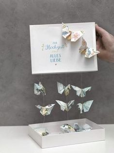 Schmetterlinge aus Geld falten We& show you how to fold a butterfly out of cash and make a wonderful money gift with it. Top Wedding Trends, Diy Wedding, Wedding Favors, Wedding Gifts, Craft Gifts, Diy Gifts, Boite Explosive, Don D'argent, Diy Pinterest