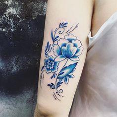 Delft blue tattoo ❄️Custom and exclusive tattoos by Patrícia Mara. #patmara #femininetattoos #delicatetattoo #customtattoo #delft #delftblue #delftblauw #colortattoo #inkstinktsubmission #linkforink