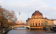 El Bode Museum en primer plano y detrás de este, el Museo de Pérgamo, en la isla de los museos, rodeada por el río Spree a su paso por Berlín.  Al fondo con sus 368 metros, la Fernsehturm (la torre de tv),construida en 1960 y ubicada en lo que era la RDA.  Mientras, vemos pasar una formación de la S-Bahn.