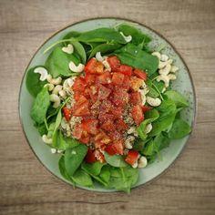 Ensalada de espinacas baby quinoa tomate natural y anacardos  A un mal día... hay que ponerle la mejor cara posible... aunque cueste...