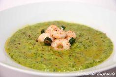 La Vellutata di zucchine e gamberetti è un piatto sfizioso delicato e molto buono . Perfetta per aprire una cena a base di pesce.