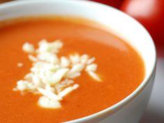 Una buena sopa es la forma perfecta de iniciar la comida. En esta época de lluvia se antoja acompañada de carne, un buen sándwich o hasta solita para cenar.  Esta receta es un poco elaborada pero muy cremosa y tiene increíble sabor. Pruébala la próxima vez que se te antoje algo calientito. Ingredientes