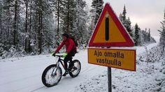 Mikko Peltola pyöräilee talvella Pallasjärventiellä