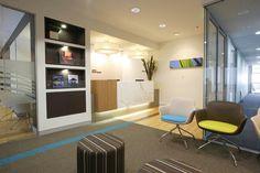 Sala de espera, la recepción,  el revistero y las sillas 😍