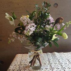 春のお花頒布会 募集します。  2月下旬から4月までの3回コース 冬から春にかけての 生花の頒布会始めます。 4月からは生花のレッスンも 始まります。 日々のくらしに寄り添う花を 季節の草花の優しいあわせで 生けるレッスン。 初心者でも生けやすい ガラスの花瓶が付きます。 草花のお手入れや名前、 ラッピング方法なども学びます。 詳しくはブログで。  #レッスン#春の花#hanatutumi #頒布会#ライラック#ピスタキア#ゼンマイ#クリスマスローズ