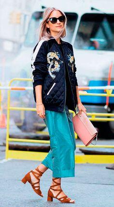 Street style look com bomber jacket e pantacourt.