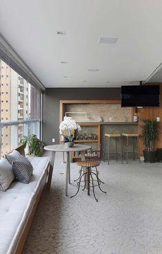 Varanda espaçosa com mix de estilos Outdoor Furniture Sets, Outdoor Decor, Balcony, Dining Bench, Living Room Decor, Loft, House Design, Interior Design, Table