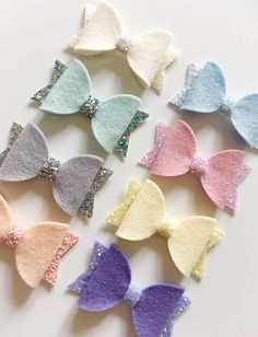 wool felt small bows - measure approx 2 On a smooth lined alligator clip. Choice of 8 colours. Whole set for Please do not leave young children unattended in these due to small parts. Felt Hair Bows, Diy Hair Bows, Making Hair Bows, Diy Bow, Bow Template, Bow Pattern, Diy Headband, Headbands, Glitter Hair