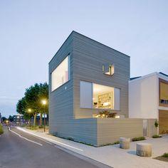 GAGAA Architecten In Leiden staat sinds kort een gestreept huis, het 'Stripe House'. De strepen in de gevel zijn gemaakt met ambachtelijk stucwerk. Alle gevels van de woning zijn voorzien van een horizontaal strepenpatroon met onderling wisselende afstanden.