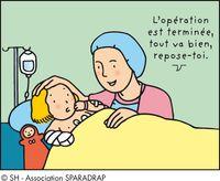 Infirmier anesthésiste à côté d'un enfant sur un brancard