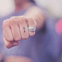 Trending in tattooland? Hele kleine tattoos. En dat mag je héél letterlijk nemen: van één minuscuul puntje tot een schattige pijl of minihartje: less is more.