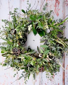 And so, my favourite time of the year begins. 🎄🌲🎄 And so, my favourite time of the year begins. Christmas Wreaths For Front Door, Xmas Wreaths, Winter Wreaths, Scandi Christmas, Natural Christmas, Corona Floral, Diy Spring Wreath, Christmas Flowers, How To Make Wreaths