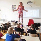 Professora de biologia usa corpo próprio para ensinar anatomia 👏🏻😍👏🏻 Por :- Maria Guido