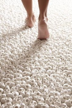 Nino Sarabutra, 'A floor with more than porcelain skulls'. Interactive Installation Invites Visitors to Walk On Tiny Porcelain Skulls Skull Carpet, Skull Rug, Skull Decor, Instalation Art, Interactive Installation, Foto Art, Skull And Bones, Oeuvre D'art, At Least