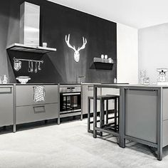 Grau ist das neue Weiß. 70% aller verkauften Küchen sind weiß. Der Rest ist Polarweiß. Oder Magnolia. Also gefühlt. #tischmanier#oma#madeingermany#designküche#kitchenonline#magnolia#greyisbeautiful#kitchenlove#grau#happykitchen#greykitchen