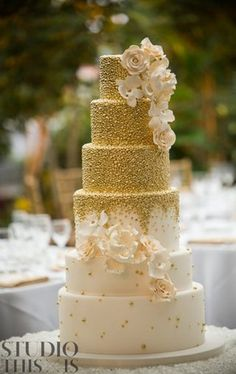 Wedding cakes can go from the simplest to the most intricate decorations; each has its own creative differences depending upon the innovative juices of the baker. 6 Tier Wedding Cakes, Fancy Wedding Cakes, Ivory Wedding Cake, Gatsby Wedding, Beautiful Wedding Cakes, Wedding Cake Designs, Beautiful Cakes, Gold Wedding, Floral Wedding