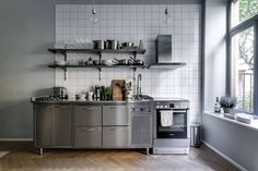 A grey kitchen in Stockholm Kitchen Dinning Room, Loft Kitchen, Apartment Kitchen, Kitchen Decor, Granite Kitchen Counters, Stainless Kitchen, Kitchen Cabinets, Industrial Kitchen Design, Design Your Kitchen
