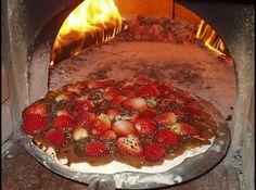 Receita de Pizza de Morango com Chocolate - Massa :, 01 kg. de farinha de trigo, 02 tabletes de fermento, 125 ml de leite, 375 ml de água, 01 colher de chá de sal, 01 colher de chá de açúcar, 01 colher de sopa de azeite, Recheio - Brigadeiro:, 01 lata de leite condensado, 05 colheres de achocolatado, 01 colher de sopa de margarina sem sal, Leve tudo ao fogo mexendo sempre, até ficar no ponto de brigadeiro