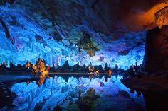 Cueva de Reed Flute en Guilín (en la región de Guanxi), China.  Maravillas subterráneas: 20 lugares increíbles bajo tierra | Skyscanner