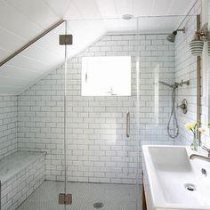 Die Dachschräge Wird In Diesem Badezimmer Durch Die Sitzbank Gekonnt  Genutzt, Sodass Der Fehlende Platz Nicht Zum Tragen Kommt.