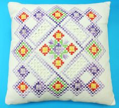 Exceptionelly well done vintage 1970s handmade hardanger embroidered flat-seam square bone white linen pillow