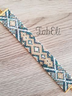 Woven bracelet with Miyuki glass beads, lace pattern Very elegant model, color emerald green and gold Adjustable thanks to the chain on the clasp Care instructions: Avoid contact with water and the products (cream, SOAP). Bead Loom Bracelets, Beaded Bracelet Patterns, Bead Loom Patterns, Woven Bracelets, Beading Patterns, Beaded Jewelry Designs, Seed Bead Jewelry, Bead Jewellery, Loom Bands