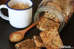 Receta de aprovechamiento: crackers veganos hechos en el horno, snack salado y especiado hecho a base de pulpa de leche de almendra casera.
