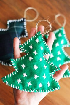 How to Make an Easy Felt Christmas Tree Ornament | Make this cute Christmas tree ornament for yourself or to gift to loved ones  this holiday season. redleafstyle.com