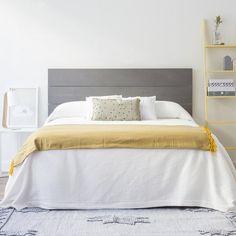 Un cabecero en madera natural de abeto para cama de 150 cm. Ideal si quieres conseguir un toque nórdico en tu dormitorio.