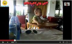 Vídeo Bebé Desmancha-Se A Rir Ao Tentar Apanhar Um Guardanapo / Video Baby Cutting out laughing when you try Catching A Napkin   Rir até Cai...