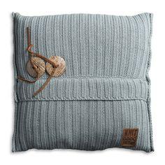 170fdf11f7f316 Knit Factory gebreid kussen 50x50 Aran Kussen Praatje