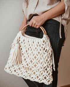 Perfect Macrame Design Ideas – Knitting And We Macrame Purse, Macrame Knots, Armband Diy, Macrame Design, Macrame Projects, Crochet Handbags, Macrame Patterns, Knitted Bags, Handmade Bags