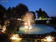 http://www.lemienozze.it/operatori-matrimonio/luoghi_per_il_ricevimento/giardini_della_insugherata/media/foto/17  Particolare della location matrimonio scelta da una coppia di sposi: una fontana in pietra