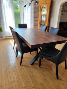 TABLE ST-IRÉNÉE - NOYER - 84'' X 42'' X 3'' ÉPAIS - CHAISES SINATRA #lusine #table #stirenee #noyer #chaise #sinatra