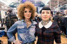 Slim (à gauche) et Gwladys (à droite), toutes les deux tatoueuses, arborent des tatouages sur le buste, qui remontent jusque dans leur cou. Images, Photos, Denim, Gauche, Jackets, Inspiration, Style, Fashion, Tattoo Ideas